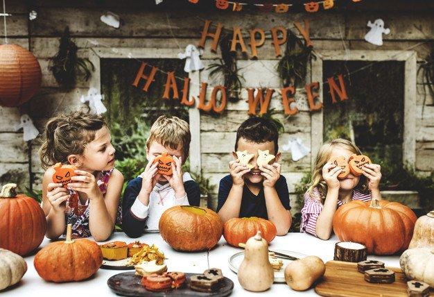 enfants-ludiques-profitant-fete-halloween_53876-48983